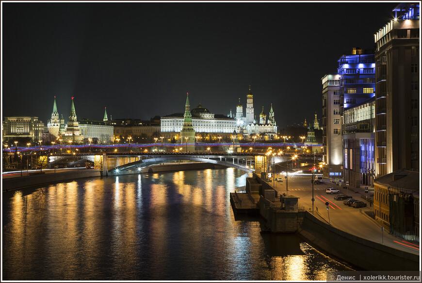 Кремль. «Кремлевские звезды над нами горят, повсюду их виден нам свет. Хорошая Родина есть у ребят, и лучше той Родины нет…» Заглавная картинка на тему «Это Москва». Вид с Патриаршего моста. Обязательный check-point для каждого второго фильма с местом действия в столице страны. Ну и конечно, туристы. Туристы-прохожие-экскурсии-свадьбы. Всем нужно фото в коллекцию. Кремль один, мост один - как же здесь поместиться? Да-да, подвиньтесь, пожалуйста.