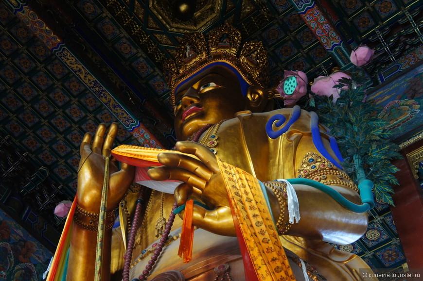 В павильоне Десяти Тысяч Радостей находится статуя Майтрейи - Будды Будущего, вырезанная из цельного ствола белого сандалового дерева. Высота статуи над землей 18 метров, в землю она вкопана на 8 метров. Статуя Будды Будущего занесена в Книгу рекордов Гиннеса.