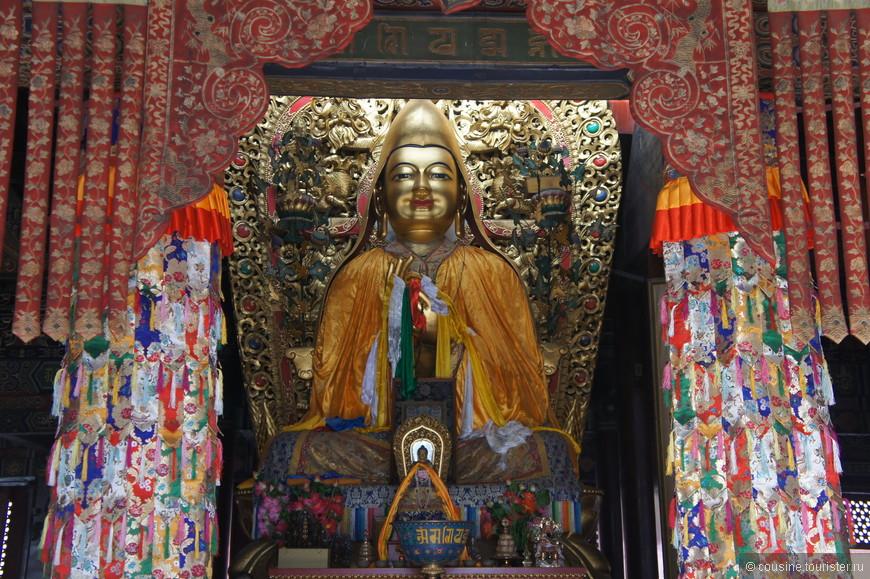 В Зале Колеса Закона стоит статуя великого мастера Цонкапы. В правой руке статуи - меч, а в левой - книга, что символизирует силу и мудрость.