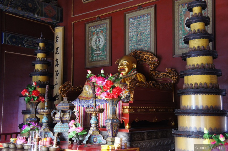 Статуя улыбающегося Будды.