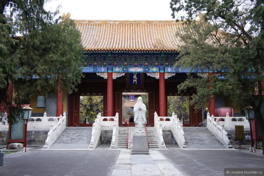 Моя случайная находка - полезно все-таки пешком ходить - Храм Конфуция. Второй по величине в Китае, посвященный великому философу.