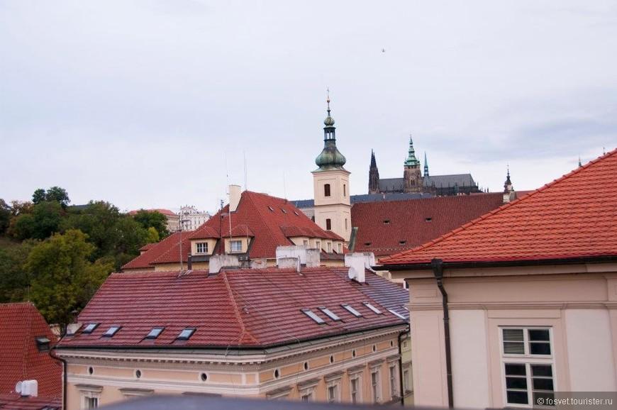 Вид из окна нашей гостиницы.  Вдали виднеется Собор Св. Вита