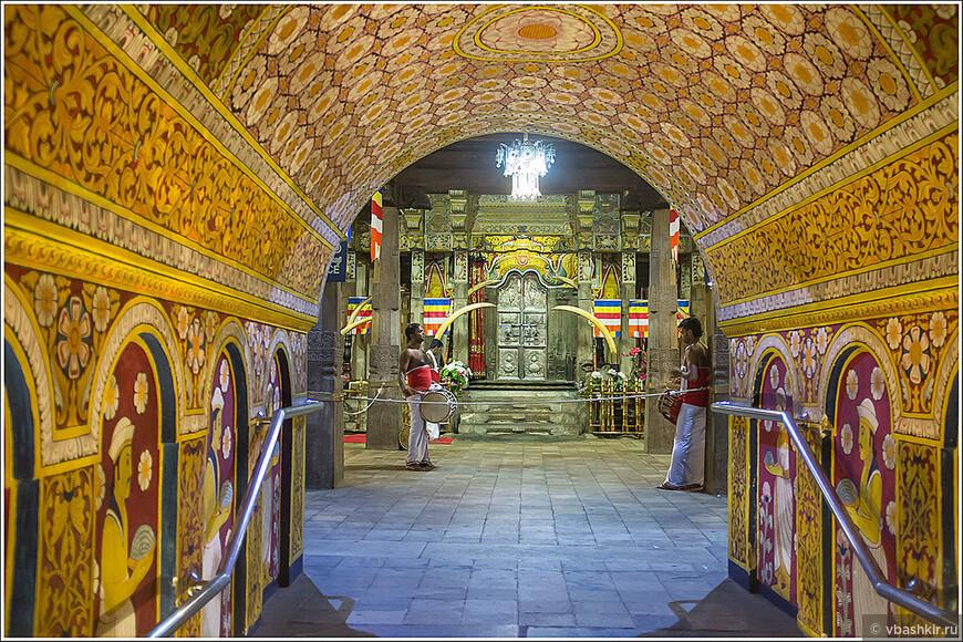 Вечером в Храме Зуба Будды. Канди.