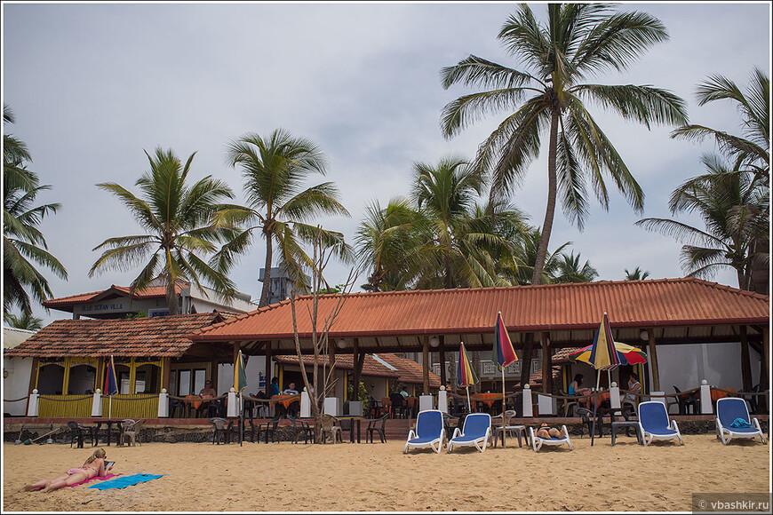 Отель Blue Note в Хиккадуве, в котором мы остановились. 40 долларов в сутки за шале (кабана) на берегу с кондиционером и завтраком!