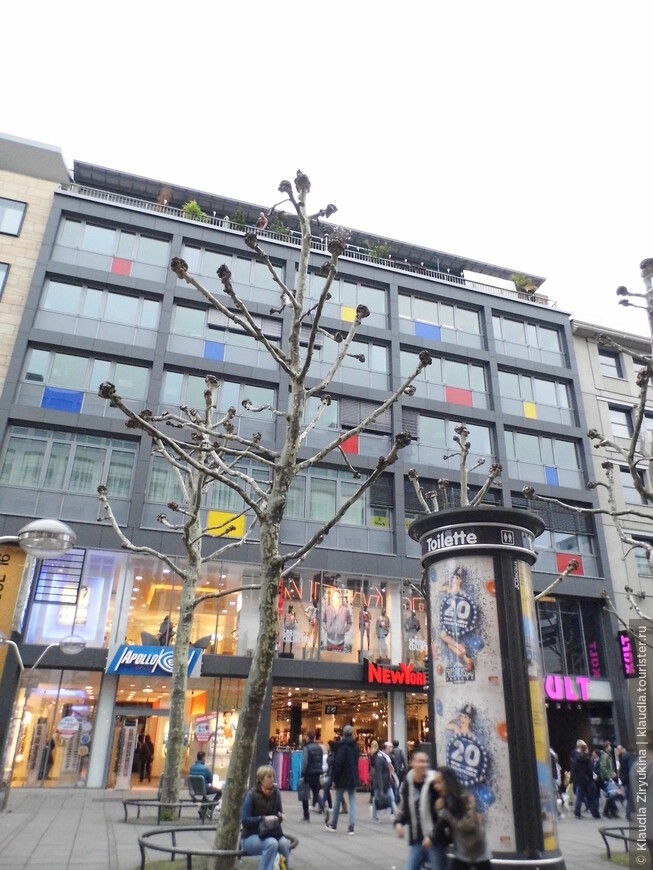 Наверху -- терраса Ле Корбюзье с Человеком - Пауком.
