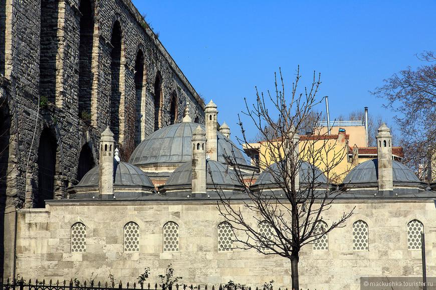 На фото слева: Акведук Валента — акведук, являющийся частью водопроводной системы Константинополя. Расположен в старой части Стамбула (Константинополя) на бульваре Ататюрка. Акведук является одним из символов города. Акведук построен в период правления императора Валента приблизительно в 368—375 годах и являлся очень важным этапом в развитии водопроводной системы Константинополя — он соединил два городских холма города. Его первоначальная длина составляла более 1000 метров, а максимальная высота 26 метров. В наше время сохранившаяся часть акведука имеет длину 971 метр и максимальную высоту 20 метров (за счет поднятия уровня земли). При строительстве использовались камни из стен Халкидона. По свинцовым трубам, проложенным по верху акведука, вода поступала в город вплоть до середины XIX века. В настоящее время акведук является туристической достопримечательностью Стамбула (Константинополя), под ним проходит оживлённая автомагистраль города — бульвар Ататюрка.