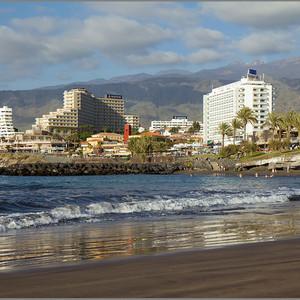 Это вид с океана на курортную мекку Тенерифе - Лас-Америкас. Песок на этом пляже, как впрочем и на многих пляжах острова темный, можно сказать черный. Поначалу непривычно, но очень быстро привыкаешь)))