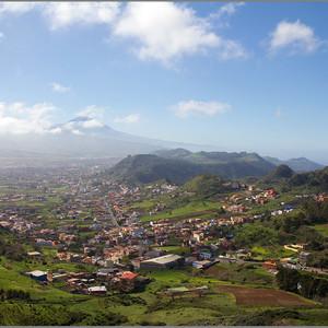 Вооон там далеко главная достопримечательность Тенерифе - вулкан Тейде. Ну и заодно головная боль острова - вулкан действующий! Но пока спит, и слава богу!