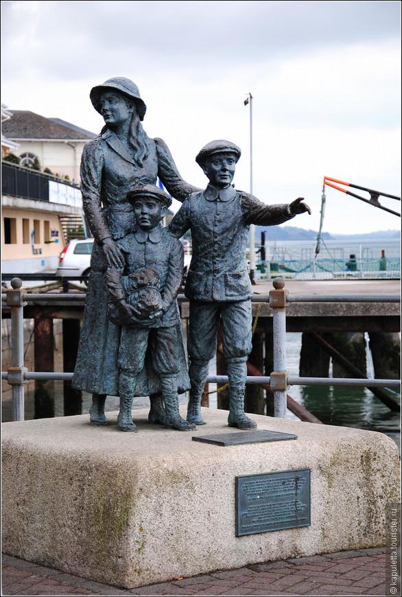Известный памятник на берегу бухты - в честь Энни Мур. Хрупкая девушка и два её брата.  Это были первые в истории ирландцы, которые попали в Америку через новый миграционный центр. Он открылся на острове Эллис (Нью - Йорк) 1 января 1892 года). Точно такая же статуя установлена и там. Энни и братья  покинули Коб на пароходе Невада 20 декабря 1891 года, и спустя 12 дней прибыли в США.