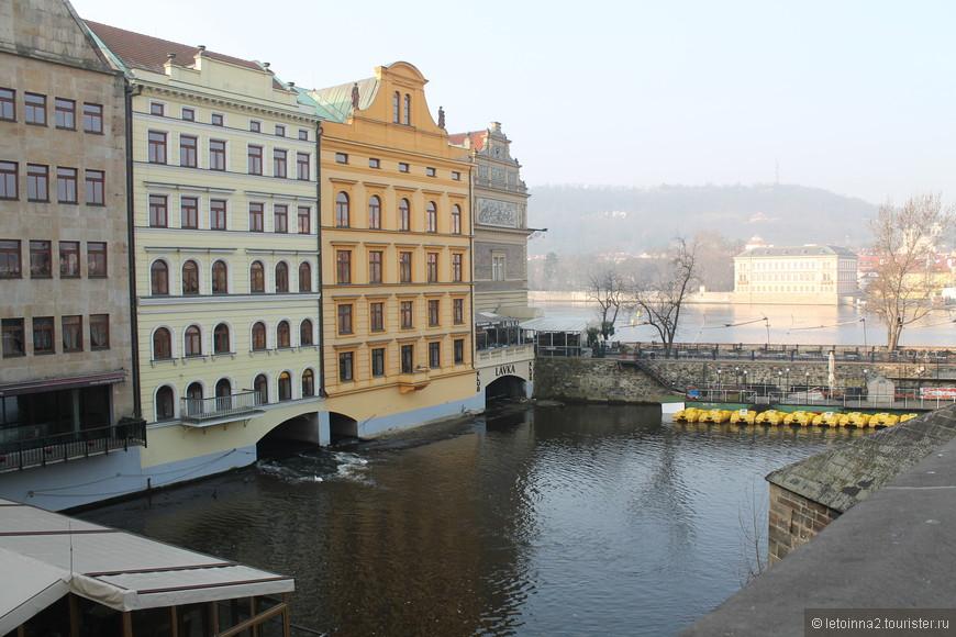 Около Карлова моста (мост справа, за кадром).