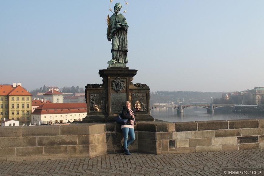 """Скульптуры """"исполняющие"""" желания, отличаются характерным блеском тех мест, к которым нужно прикладываться. Скульптура Яна Непомуцкого - первого святого, почитаемого не только в Чехии, но и в Европе."""
