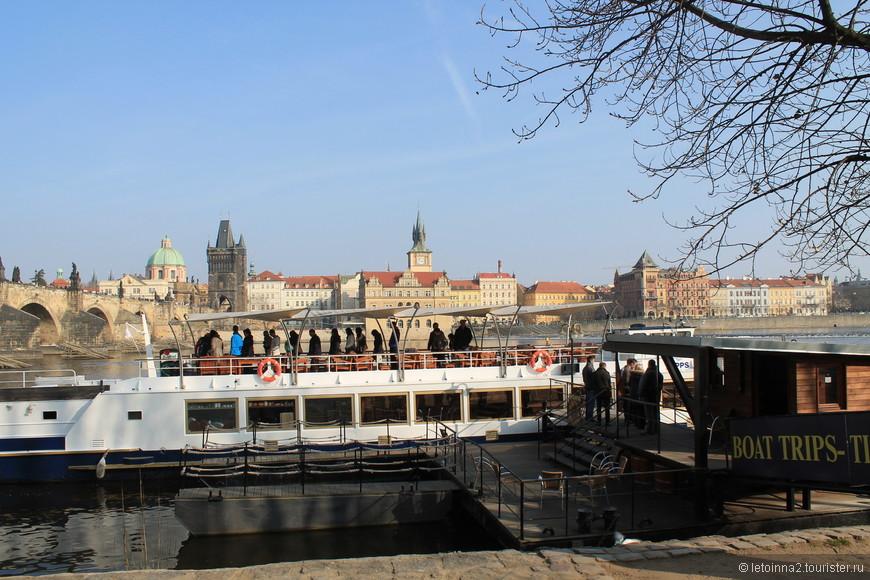 Спуститесь  с Карлова моста, и Вы на Набережной. Вот такие прогулочные ботики ходят по Влтаве.