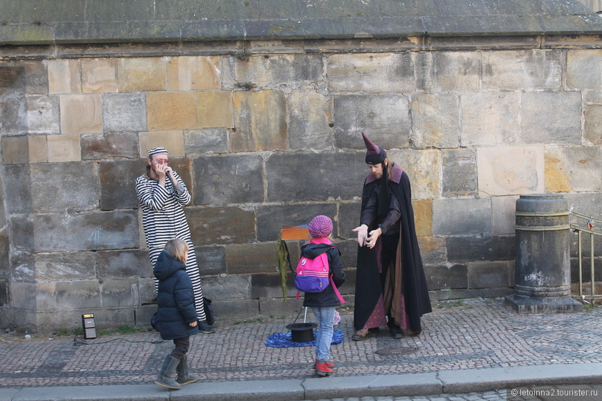 Уличные артисты разыграли целое волшебное представление с фокусами для деток и их родителей.