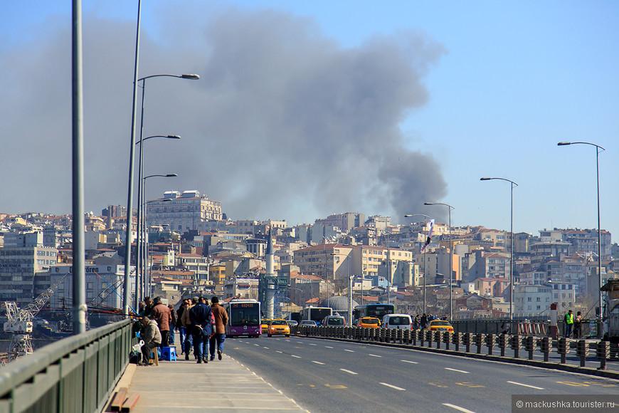 Мы переходим по мосту на другой берег, а дым все еще застилает небо!