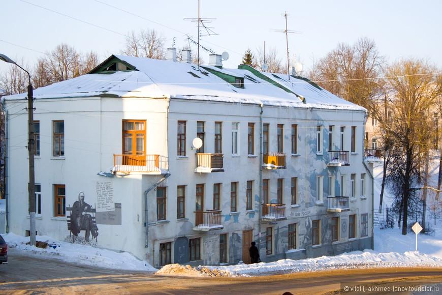 Это Владимир Овчинников из этого же славного города Боровска. Эти расписанные дома - его работа! Этот дом на въезде в город.