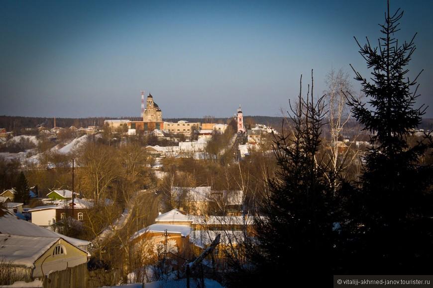 Вдалеке видна красная Церковь Бориса и Глеба. Другое название - Борисоглебская церковь. Построена в 1704 году. Вроде бы именно здесь мать Достоевского крестила своего сына.