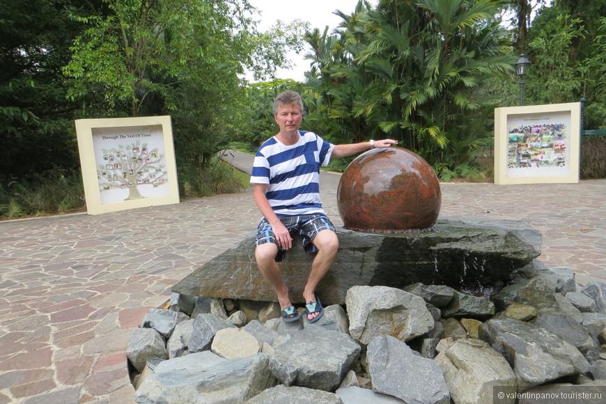 Этот многотонный камень, отполированный в форме шара, легко вращался в любые стороны, находясь под напором воды. Сомневаюсь, что я бы смог легко катать этот шарик на суше.