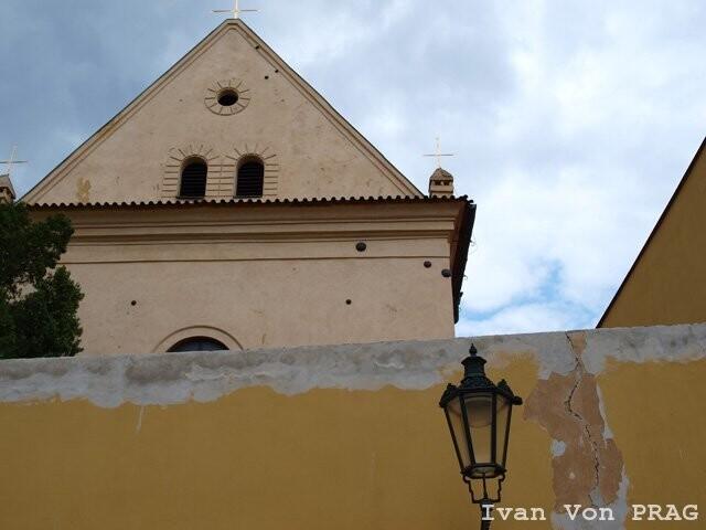 Монастырь ордена Капуцинов - ядра в стенах. Память об осаде прусскими войсками