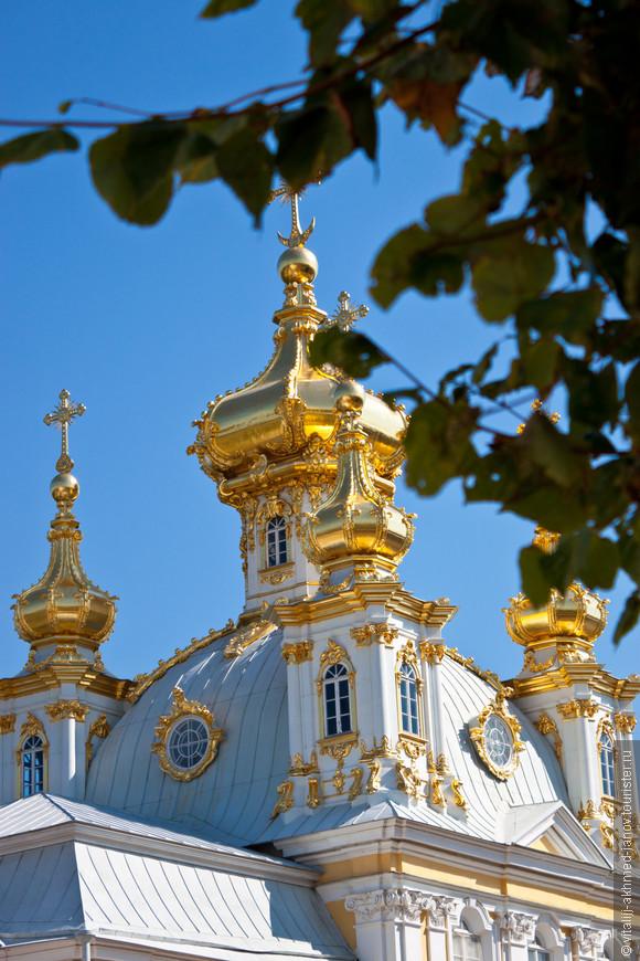 Церковный корпус является частью архитектурного ансамбля Большого Петергофского дворца, построенного по проекту Растрелли в XVIII веке. Во время Великой Отечественной войны здание церкви было уничтожено. В 1952-1958 годы фасады церковного корпуса были воссозданы, но купол долгое время был одноглавым, пятиглавие было восстановлено лишь в начале XXI века. Центральный купол пятиглавого Церковного корпуса увенчан православным крестом, поднятым на высоту 27 м.