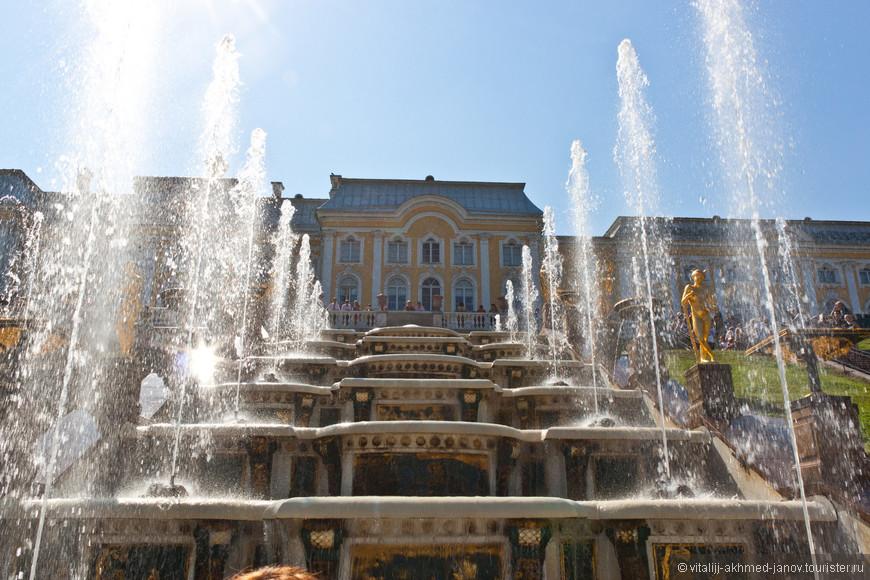 Композиционным центром Петергофа является возвышающийся на 16-метровом уступе Большой Петергофский дворец, от которого к Финскому заливу двухкилометровой лентой вытянулся Нижний парк