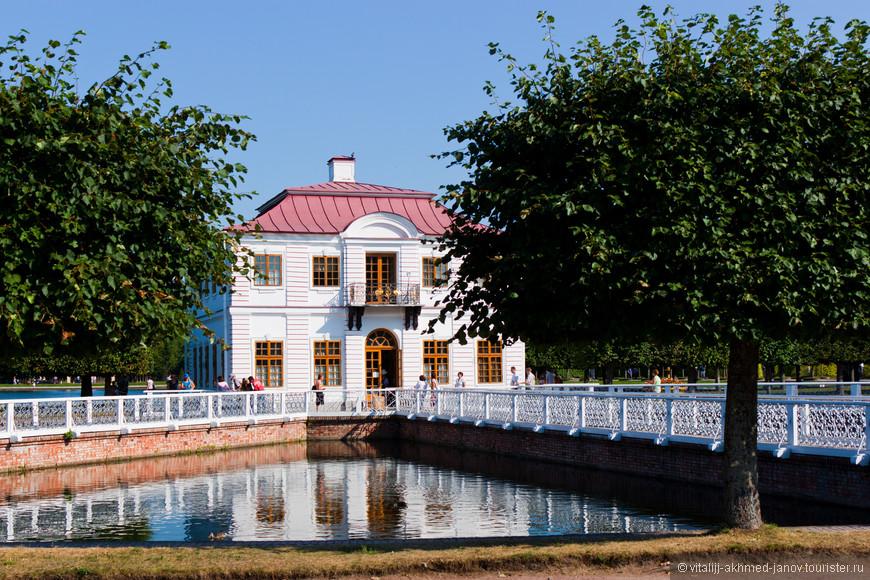 Западная часть Нижнего парка Петергофа занята дворцом Марли и прилегающими к нему территориями. Своё необычное название дворец получил в память о посещении Петром Первым в 1717 году французской королевской резиденции Марли-ле-Руа под Парижем, которая позже была уничтожена во время Великой французской революции. Но от французской резиденции была взята только общая композиция, в остальном же петергофский Марли является самодостаточным и неповторимым дворцово-парковым ансамблем