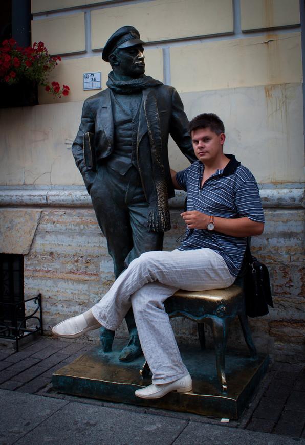 Я и Остап Бендер.. Памятник Остапу Бендеру установили 22 июля 2000 года. Открытие памятника приурочили к 100-летию Остапа Бендера, который, как уверяют знатоки, родился 25 июля 1900 года.По поводу места установки изваяния возникли неоднозначные мнения. Однисчитают подобного рода объекты китчем, которому не место в исторической части города. Для большинства же Остап Бендер — популярный литературный герой, фигура которого украшает многие города. По этой причине они не возражают против появления этого героя в городской среде.