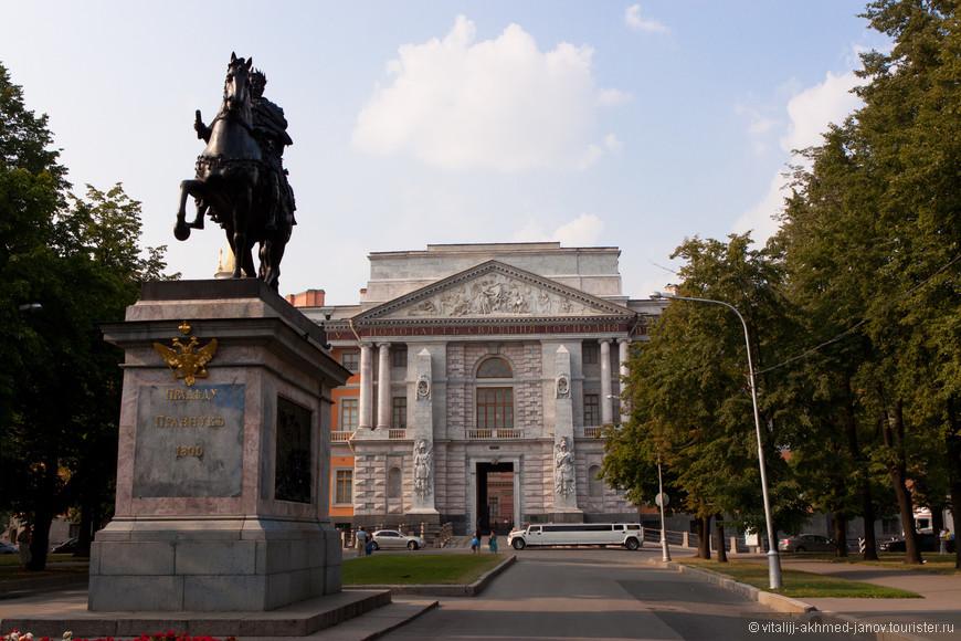Памятник Петру I у Михайловского замка.