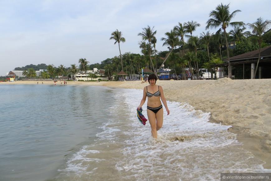 Песочек совершенно белоснежный, приятный. Вода теплая, достаточно чистая. Народу (с утра) мало. Как днем - не скажу, т.к. после 11 часов отправились в парк развлечений.