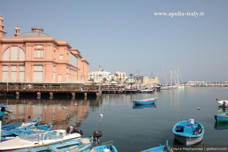Вид на Театр Маргерита и старый порт с набережной.