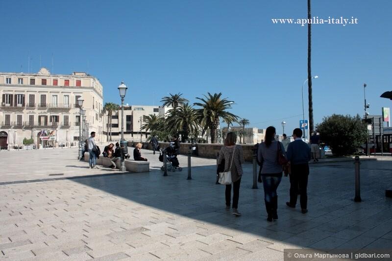 Прогуливаясь по Старому Городу. На фото: начало городской стены и часть площади Феррарезе.