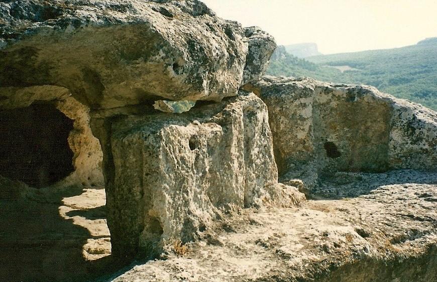 """Город был основан в конце VI века н. э. как византийское укрепление и просуществовал до конца XIV века. История города до X века известна мало, поскольку город был незначительным укреплением. Хотя на данный момент некоторые исследователи склоняются к версии, что, возможно, крепость Дорос находилась именно здесь, а не на Дырявом мысе Мангуп-Кале. Это отражено в названии города крымскими татарами: """"Старая крепость"""". Косвенным подтверждением этой гипотезы является наличие осадного колодца VI века, с лестницей из шести маршей и восемьюдесятью ступенями, с двадцатиметровым коридором; подобного не было в других известных укреплениях византийцев периода строительства защитной линии от набегов кочевников в Средней гряде Крыма."""