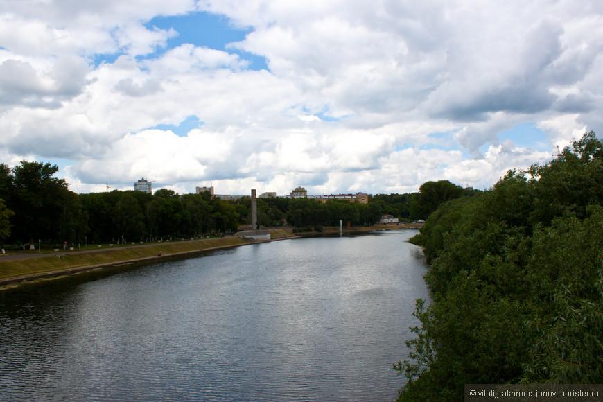 Вид с Александровского моста на обелиск