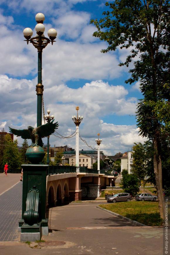 Александровский мост, переходящий в пешеходную улицу..