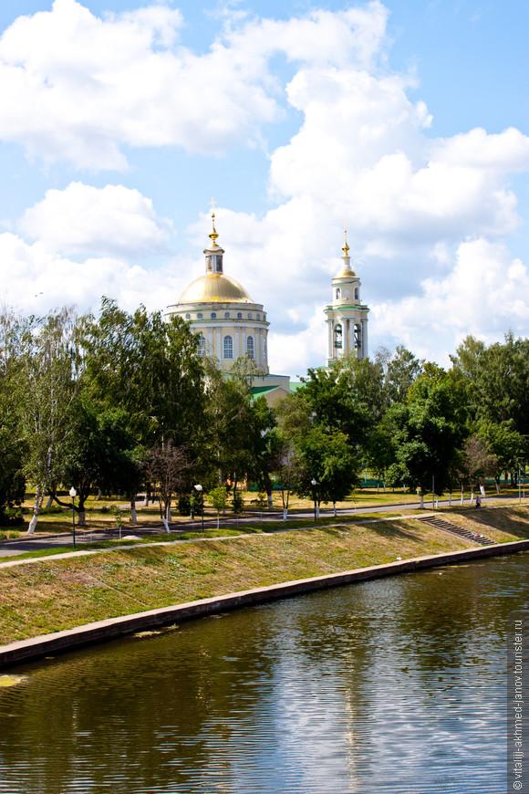 Смотрю с Александровского моста на сквер и церковь Михаила