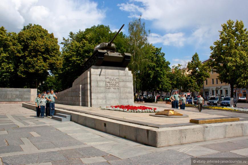 Памятник на площади Мира
