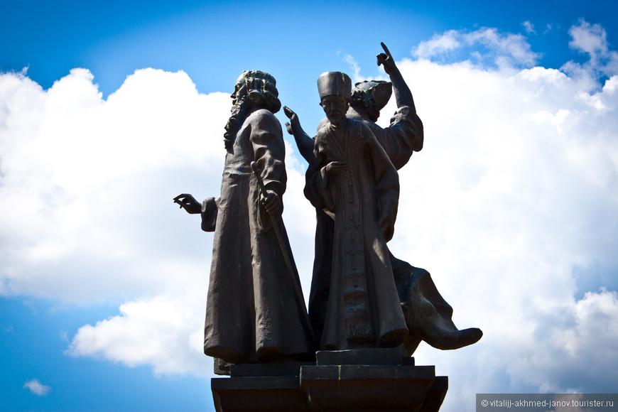 Скульптуры у церкви Михаила
