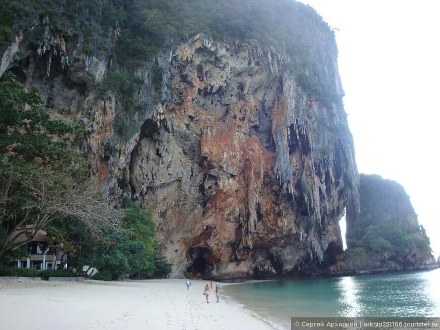 Я направился в сторону пещеры Пха Нанг - она видна вдали под горой