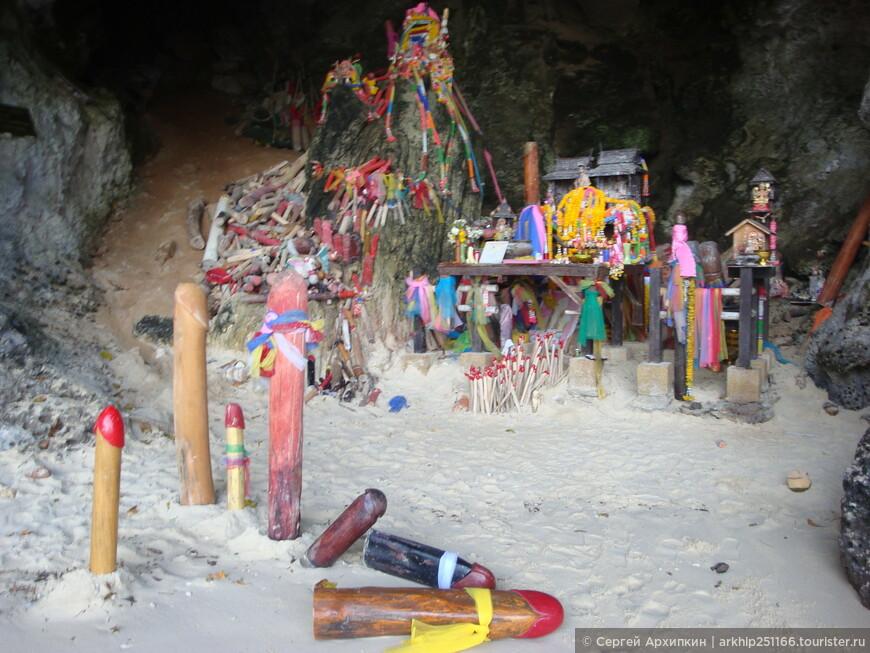 В пещере большое количество скульптур- ну вы сами видите чего