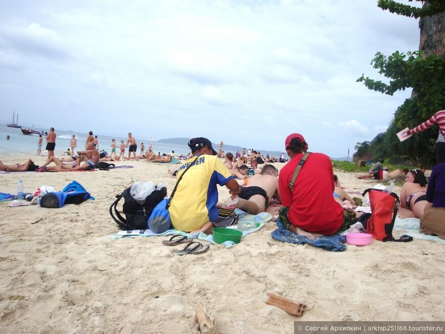 На пляже тайцы за 100 рублей делают массаж ног