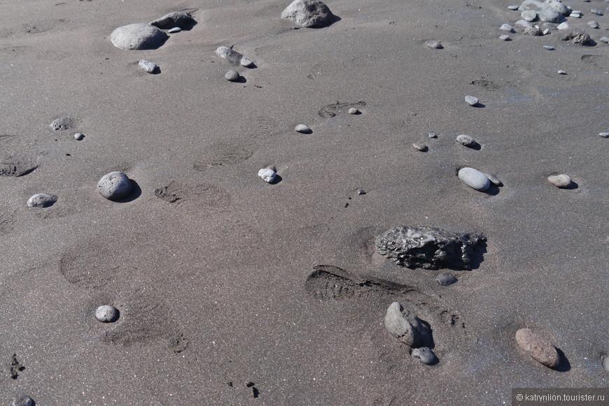 зато песок на пляже черный