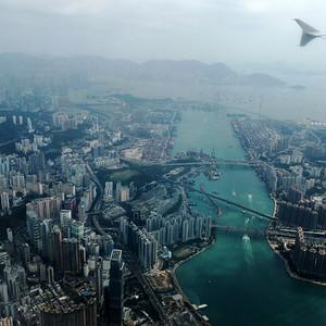 Фото из иллюминатора самолета не очень качественное, но дает самое лучшее представление о том, что представляет собой Гонконг