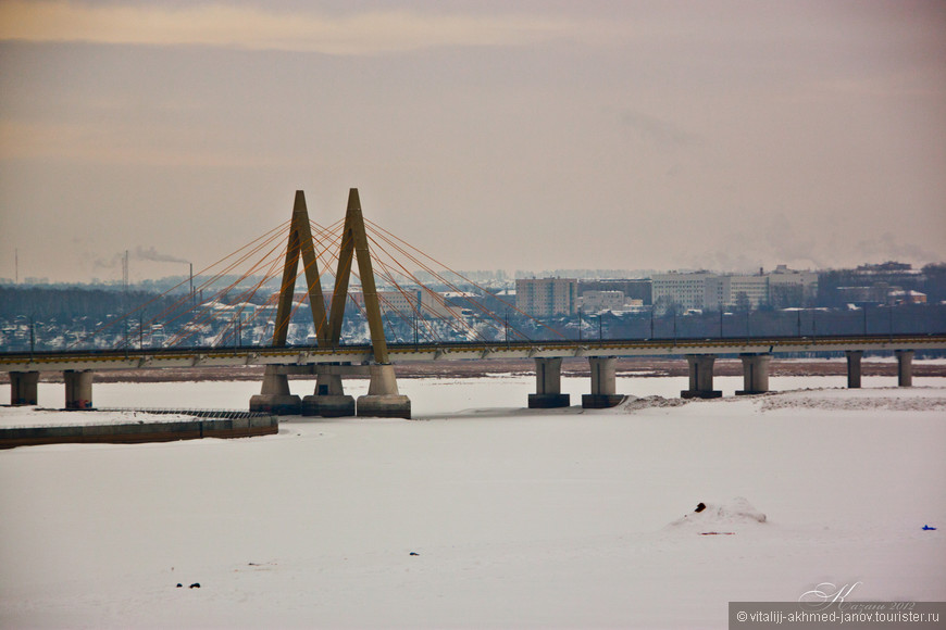 Мост Миллениум (тат. Милленниум күпере) — вантовый мост; самый высокий мост в Казани. Пересекает реку Казанку, соединяя улицу Вишневского с проспектом Амирхана и являясь частью Малого Казанского кольца. Полная длина мостового перехода составляет 1524 метра, включающая в себя 318-метровую вантовую часть, 517-метровую балочную часть и 689 метров дорожных переходов, с подходами к мосту — более 3 километров. Главной особенностью моста является пилон в виде буквы 'М', имеющий более 45 метров в высоту и 64 метров в основании. Под каждой из половинок пилона проходит мостовой переход с тремя автомобильными полосами и изолированным пешеходным тротуаром.