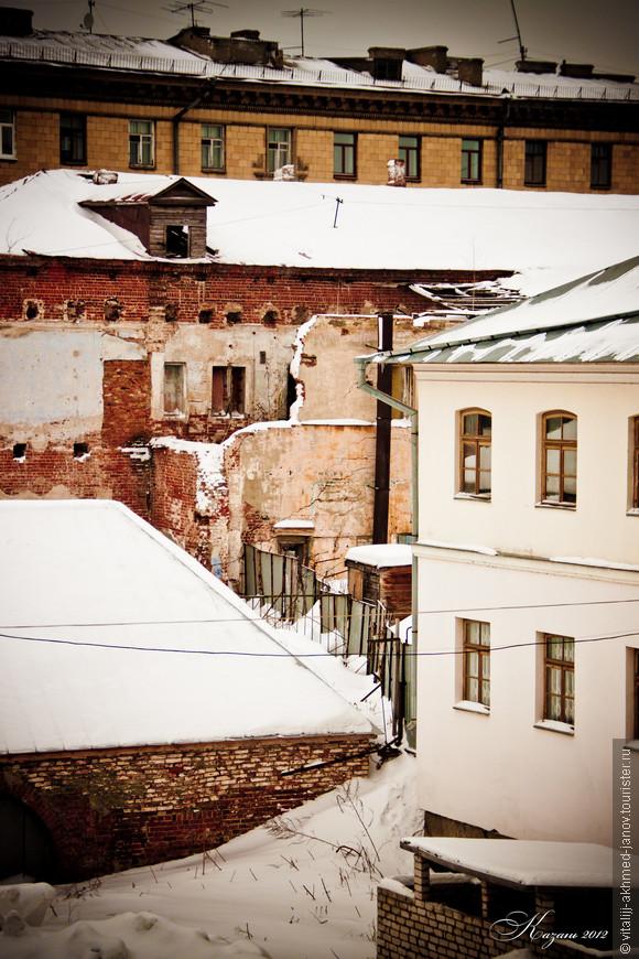 За внешне аккуратными фасадами улиц скрывается обнаженная душа города..