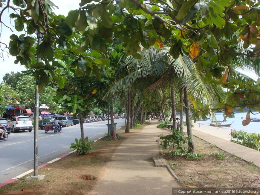 Сам городок небольшой- фактически всего две улицы и набережная,тоже небольшая с пляжем