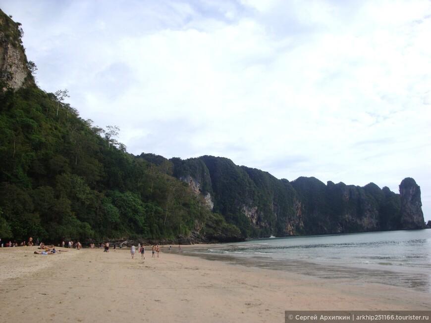 Пляж Ао Нанга ограничен вот такой грядой,поэтому на другие пляжи можно попасть только на лодках,которые не дорогие и постоянно курсируют между пляжами