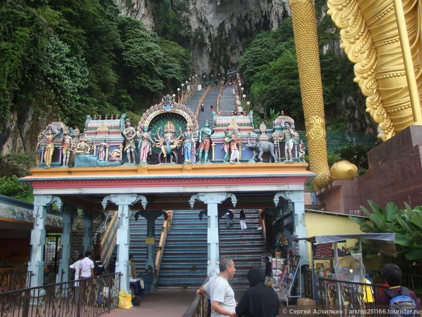 В пещеру Бату ведет лестница, состоящая из 272 ступенек
