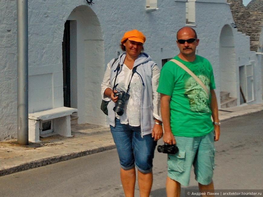 Как показывает это фото, если вы поедете в Альберабелло, то одеваться надо в цветную одежду. Она заиграет на фоне белого города.