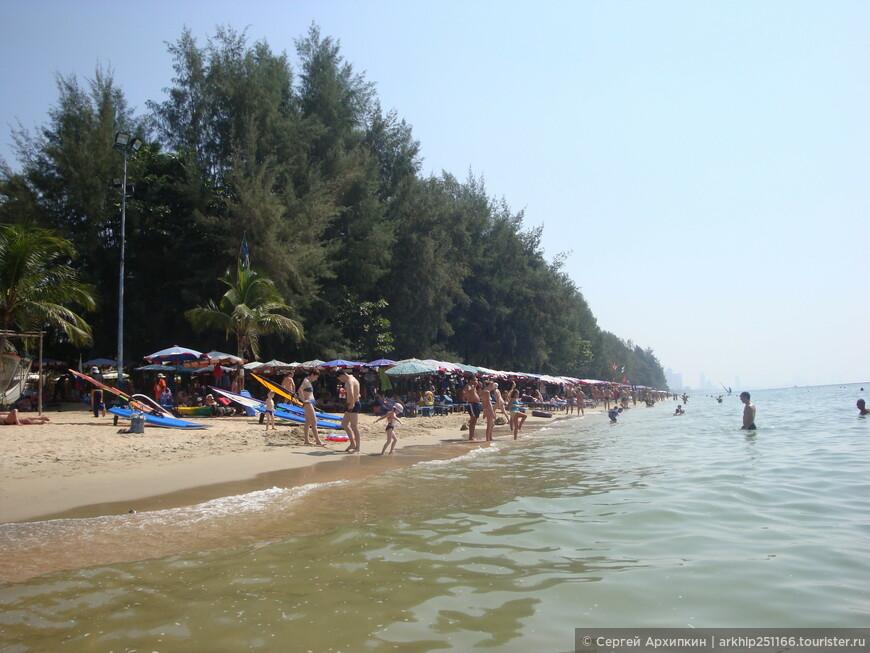Пляж Джомтьен тянется на 10 километров на юг - но места все равно не очень хватает