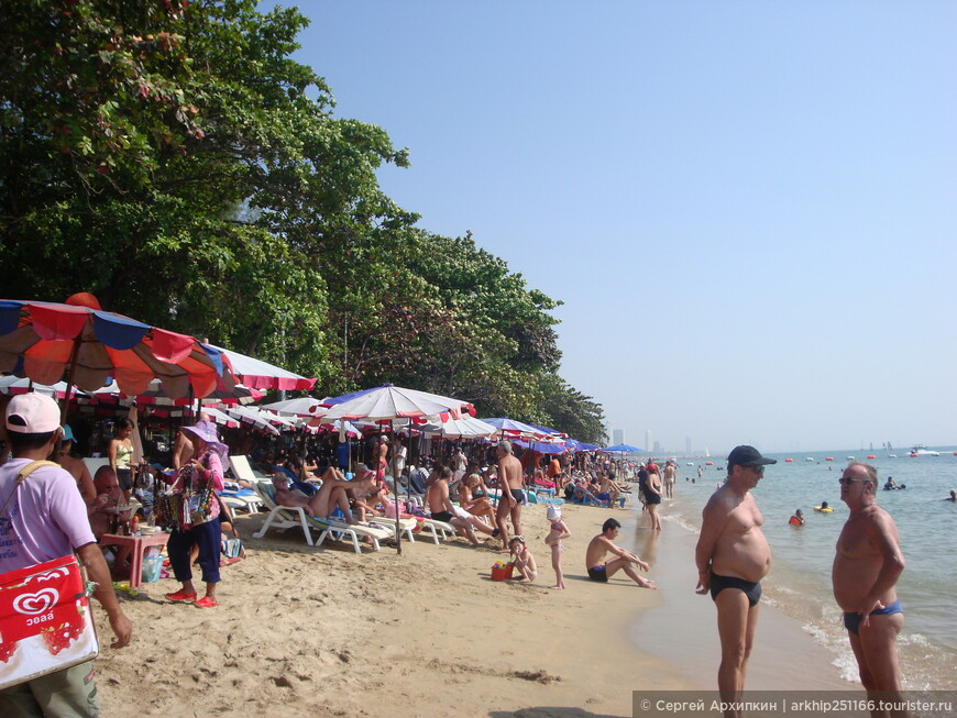Тут же на пляже продается все - любой алкоголь- от пива до водки. и здесь же сделают массаж