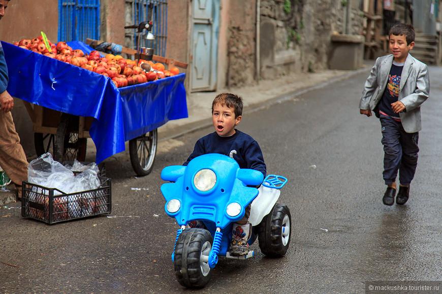 Крашеная челка, синий мопед - ну не первый ли парень на деревне?! ))